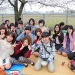 桜の下で学生、教職員いっしょにランチ
