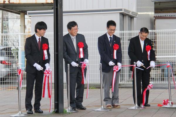 テープカット、左から山本くん、山田副学長