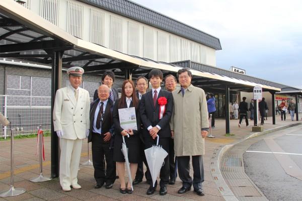 新発田駅で駅長さんと記念写真