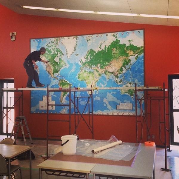 学食に登場した巨大世界地図!