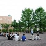 暑い一日の終わりに、校庭でアコースティックライブ