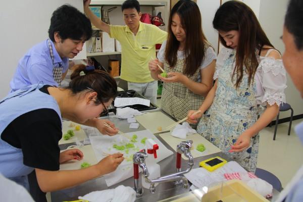 留学生たちも和菓子づくりを楽しみました