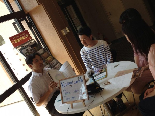 Keiwa Lunch で大学パンフレットを紹介