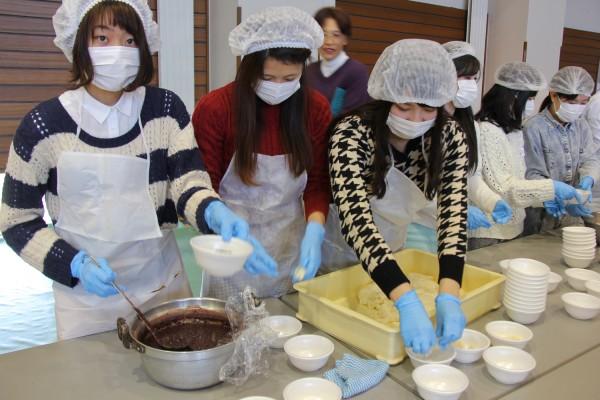 あんこ餅、きな粉餅、雑煮を振舞う学生たち