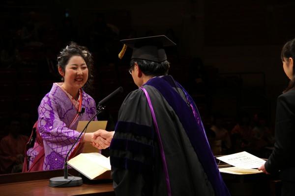 鈴木学長が1人ひとりと固い握手