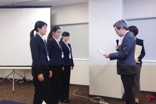 優秀賞を受賞した敬和学園大学の学生たち