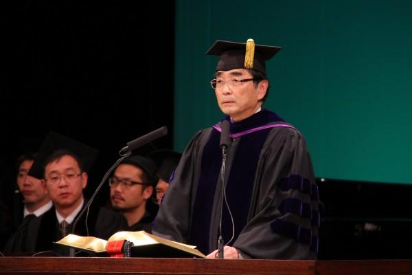 卒業式で式辞を述べる鈴木学長