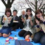 大学の桜が新入生を歓迎!「お花見ランチ」を開催しました