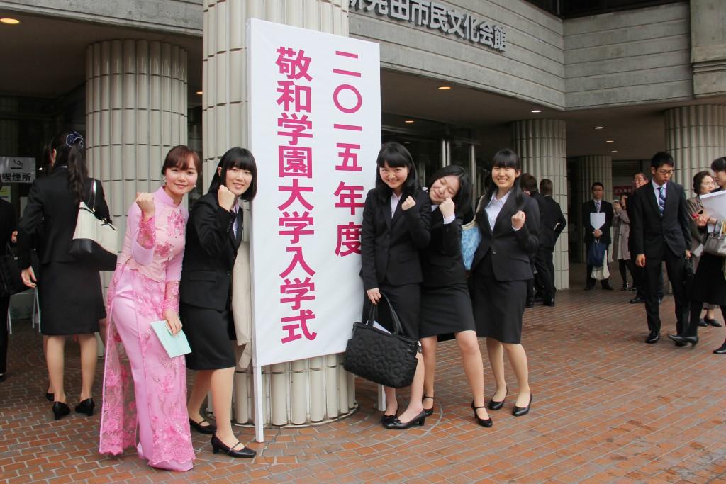 入学式にて仲間たちと(左がフォンさん)