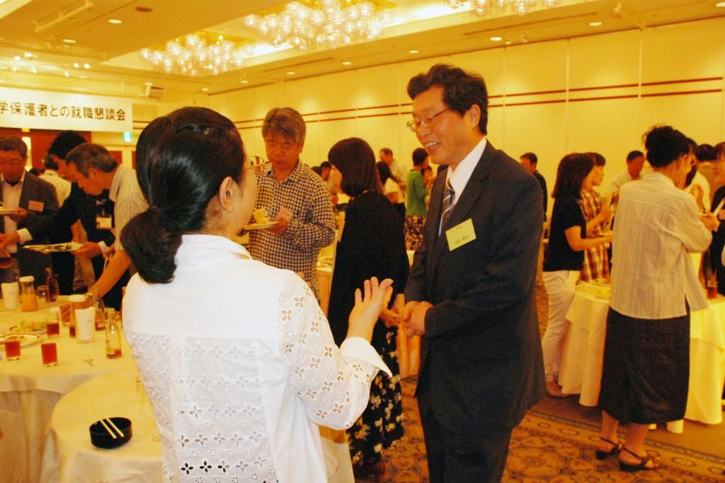 山田学長をはじめとする本学教職員と保護者の皆さんとで情報交換