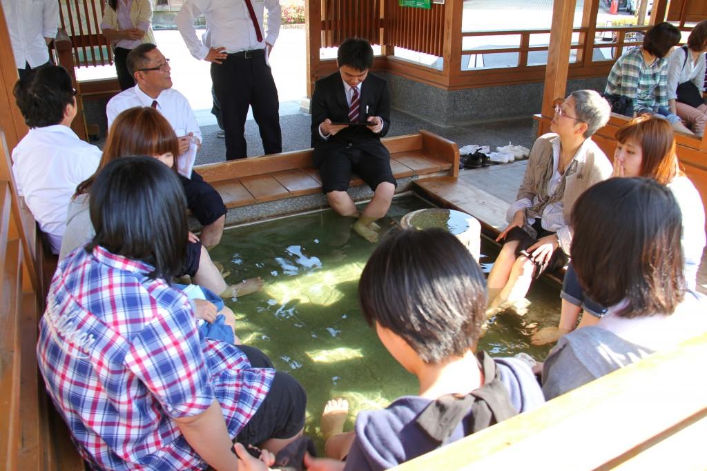 泉慶様、月岡温泉の共同足湯を体験(5月22日)