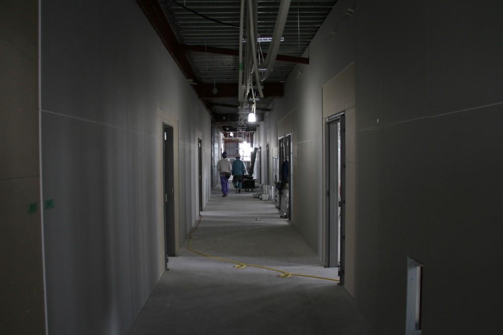 4階中央通路、左右が学生たちの居室になります