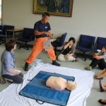 AED(自動体外式除細動器)を使った救命救急訓練