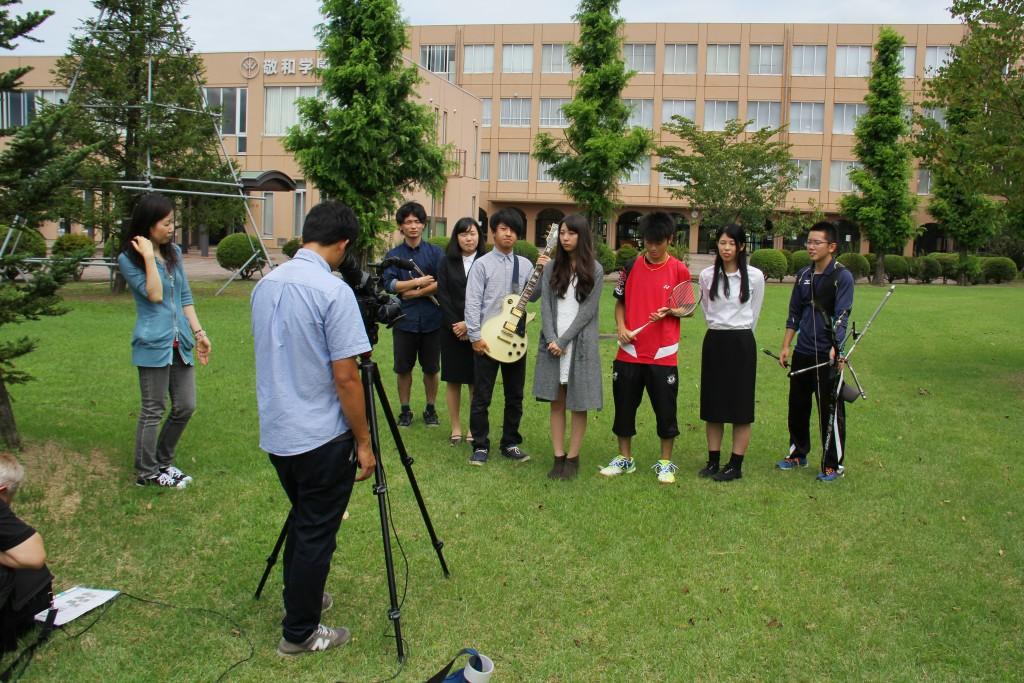 校庭で撮影、だいぶ緊張もほぐれてきました