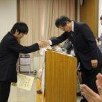 卒業生一人ひとりと握手を交わします