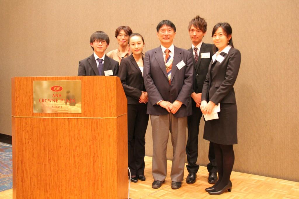 「留学生支援・国際交流」を発表した学生たち