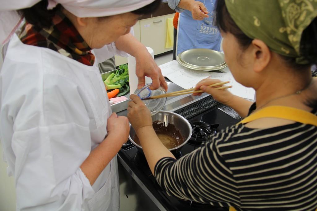 チョコレートとバター、卵黄などを混ぜて、ケーキの生地をつくります