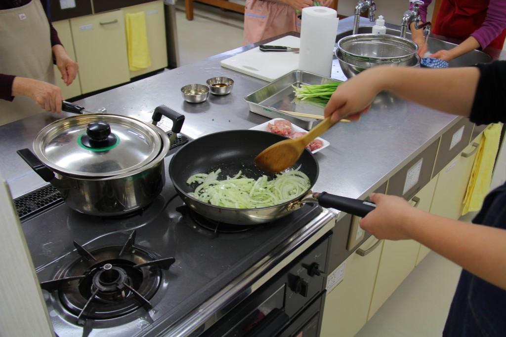 オリーブオイルとハーブを入れたフライパンで、玉ねぎと鶏肉を炒めます