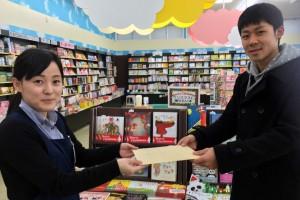 「俺たちのバイブル」の学生たちが書店にクリスマスカードを届けます