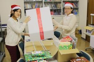 「Art Style of KEIWA」の学生たちがきれいに包装します