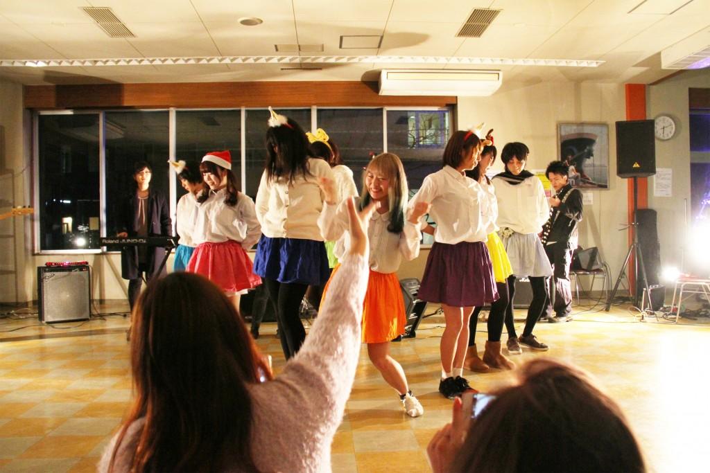 アニメ研究部のダンスで盛り上がる