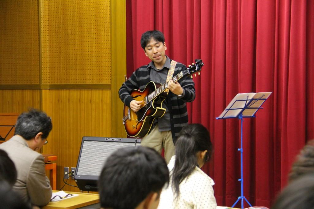 社会人学生による、ギターのソロ演奏