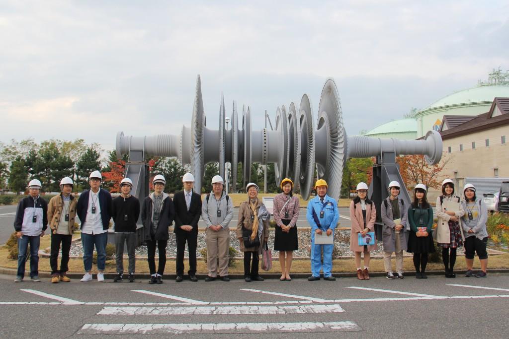 東北電力東新潟火力発電所では、高効率タービンの前で記念撮影