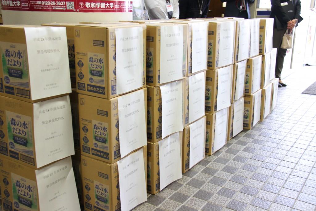 熊本地震の震災者のために用意した飲料水(50ケース)