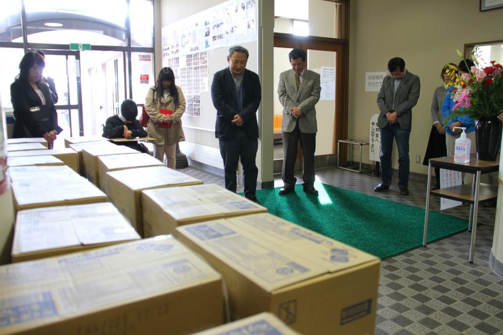 熊本震災地へ水送り出し式での下田尾宗教部長の祈り