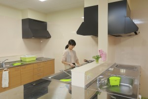 広々としたキッチンで自炊を楽しむ学生もいます
