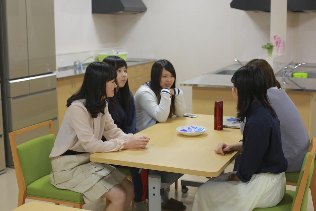 寮生同士で楽しくだんらん♪学校生活や講義について話し合うことも
