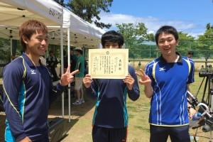 4位の中村太一さん(左)と2位の小田英慶さん(中央)