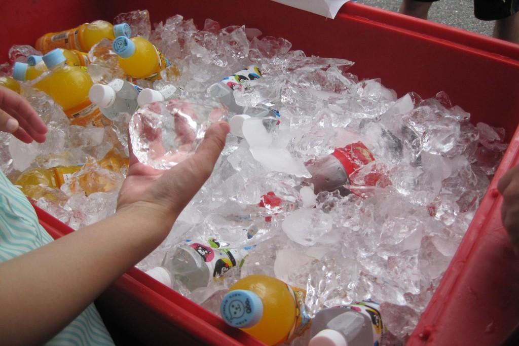 真夏の太陽の下、冷たい飲み物が好評でした!