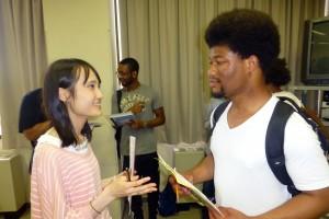 英語クラスに留学生も参加し、学生たちと交流します