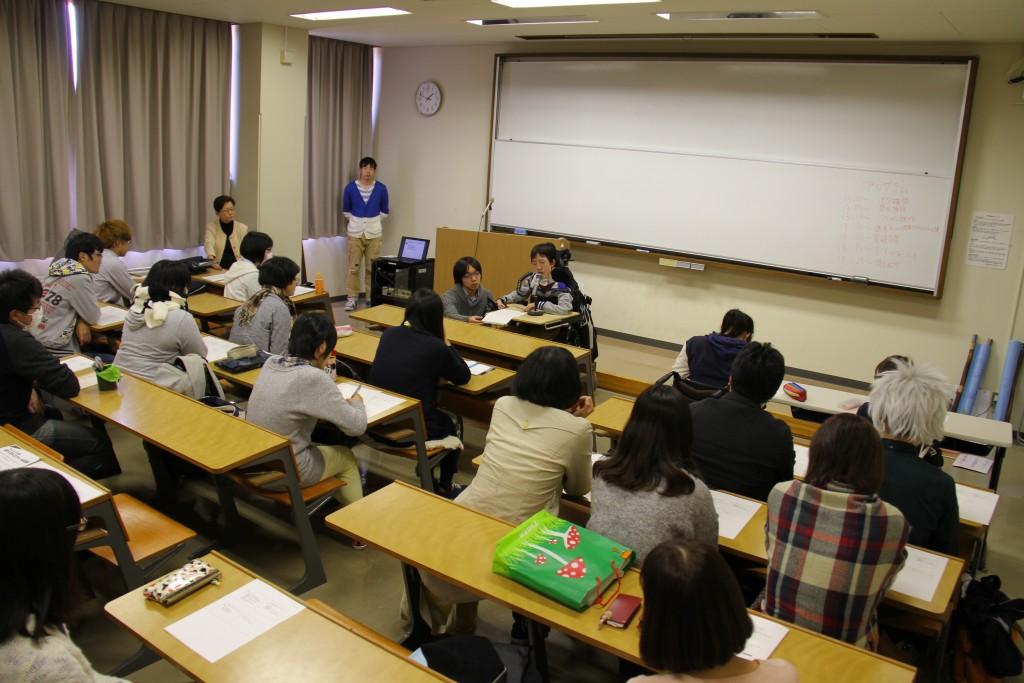塩澤さんの話を聴く学生たち