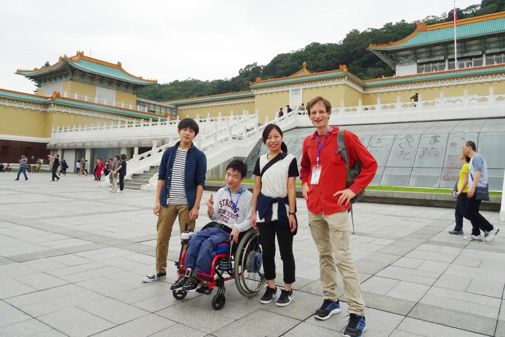 アジア・ユース・フォーラムに参加した学生3名とグッドマーカー先生