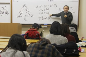 12月は、クリスマスツリーの起源を紹介