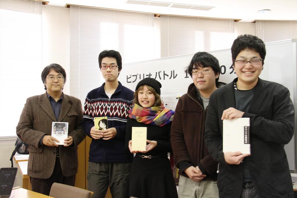 それぞれのお勧め本を持って出迎えてくれた「敬和図書愛好会Liblio」の学生たちと図書館長