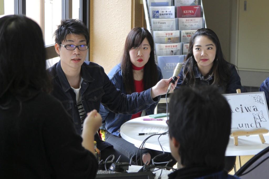 インターネット番組「Keiwa Lunch」の収録現場。人前で話す度胸と自信が持てるようになりました。(写真: 左が若山さん)