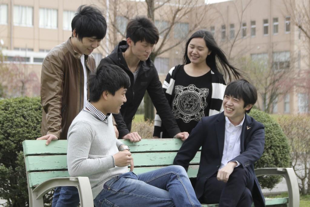 中国人留学生の仲間たちと談笑。彼らとの出会いが私の世界を広げてくれました。(写真: 右下が佐藤さん)
