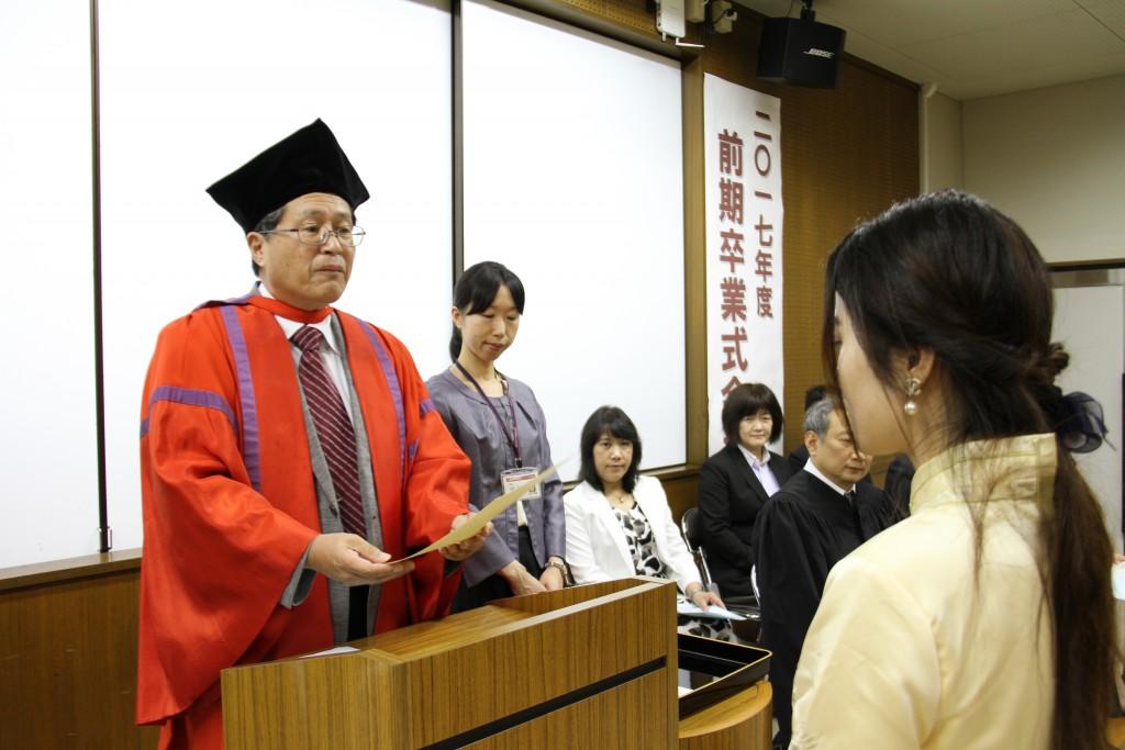 卒業生一人ひとりに学位記が手渡されました