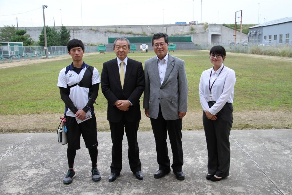 左から、小田選手、山本社長、山田学長、小林コーチ