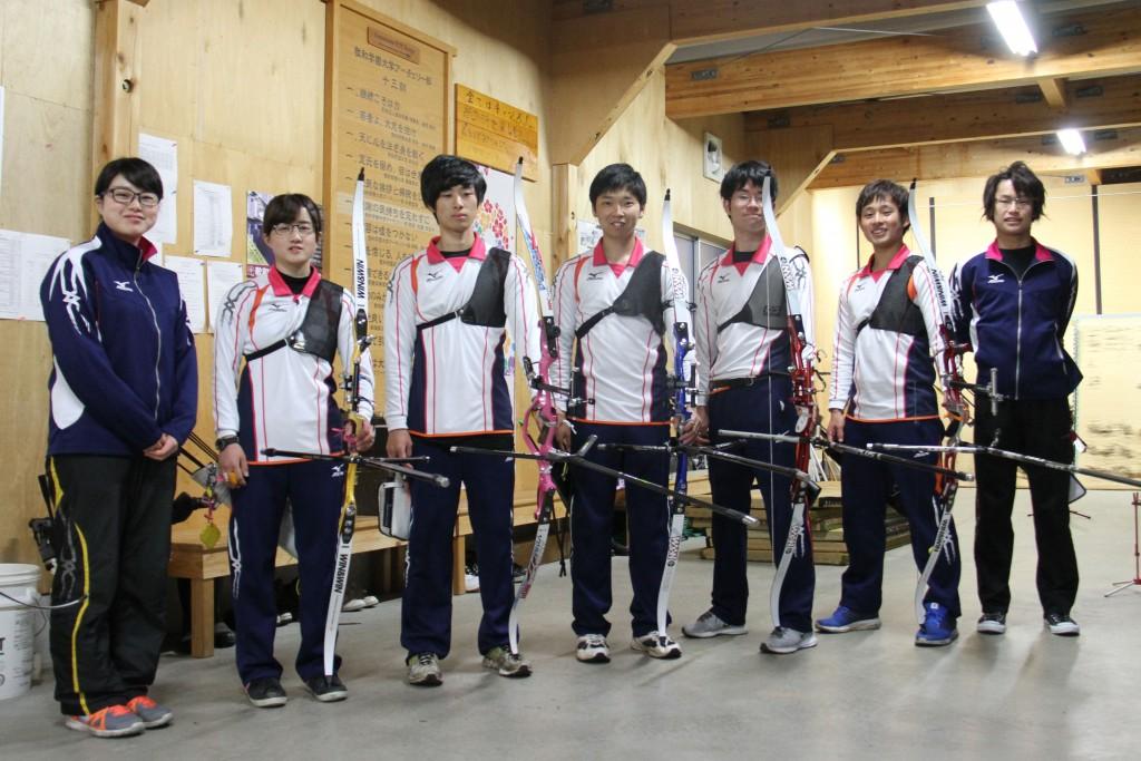 小田英慶さん(左から3人目)、田形洸稀さん(中央)、中村太一さん(右から2人目)
