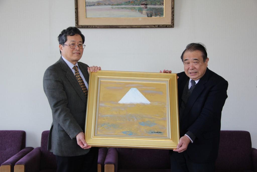 山田学長と倉島課長代理(右)、作品を持って