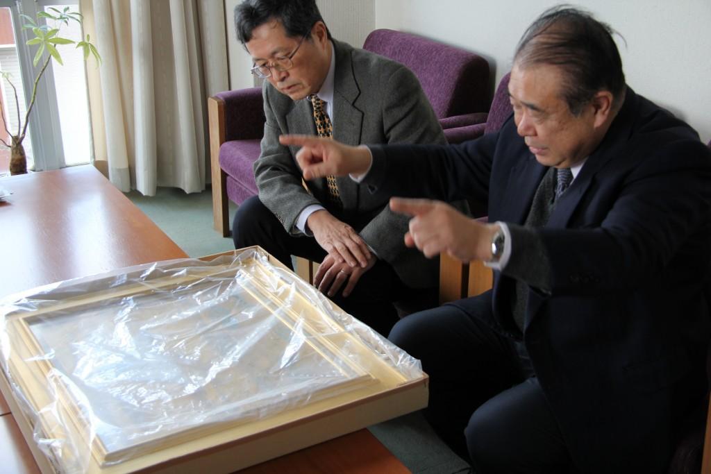 作品について山田学長に説明する倉島課長代理
