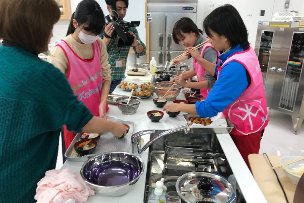 「復興雑煮」を調理する学生たち
