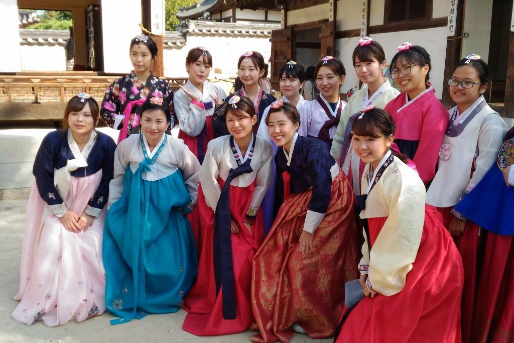 参加者の皆さんと一緒に韓国の民族衣装を着ました