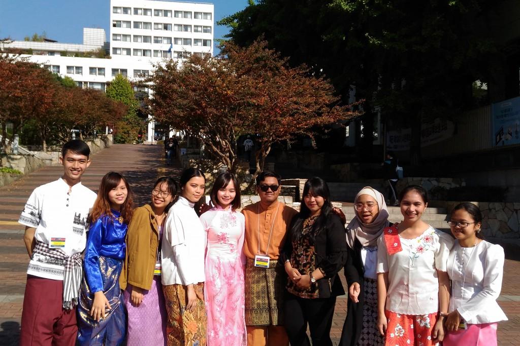 ベトナム代表としてAYFに参加したフォンさん(左から5人目)