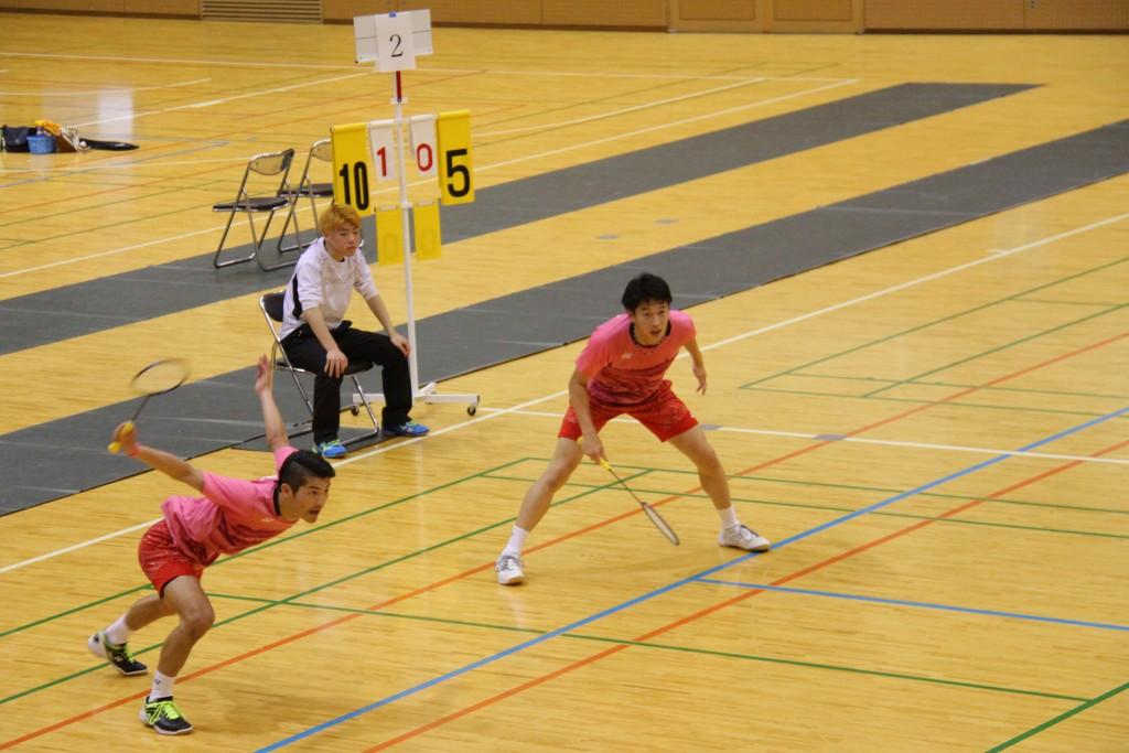 ダブルス優勝の小川桂汰さん(左)、柴田一樹さん(右)
