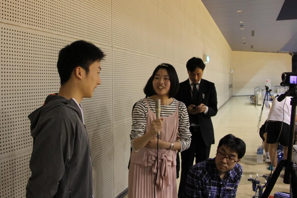 主将の細川雄司さんにインタビューする山川さん